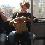 Vroč trend na Instagramu: Seksi tipi, ki na vlaku berejo