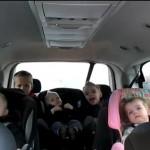 Vrhunsko, kaj je ta očka posnel s svojimi petimi otroki! (video)
