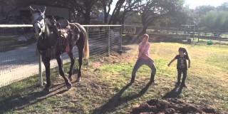 Ne boste verjeli, kako je konj reagiral na ples otrok (video)