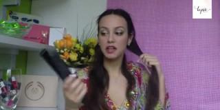 Strokovnjakinja svetuje: Kako si z likalnikom za lase narediti ženske kodre (video)