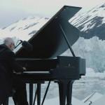 Ganljivo: Pianist nastopil sredi Arktičnega oceana, medtem ko se okrog njega rušijo ledeniki