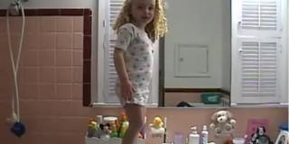 Motivacija dneva: Ta punčka vam bo pokazala, kako je treba gledati na življenje!