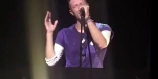 Pevec skupine Coldplay je med koncertom od oboževalke dobil nespodobno povabilo