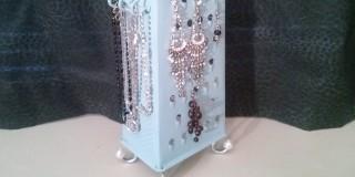 Naredi sama: Stojalo za nakit iz starega strgala