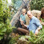 Princ George, princesa Charlotte in princ Louis v naravi