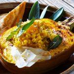 Jesenska rižota z bučo in hrustljavim žajbljem
